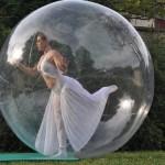 danse contorsion dans une bulle